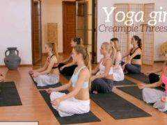 Obrázok Inštruktor jógy dáva dodatočnú lekciu