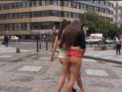 Obrázok Dievčatá sa po Prahe prechádzajú dole bez