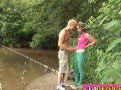 Obrázok Rybár vyšuká mladú slečnu pri českom rybníku