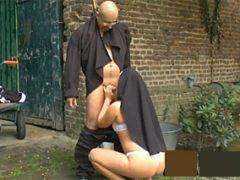 Obrázok Farár vytrtkal mníšku za bieleho dňa