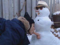 Obrázok Babu nikto nechce, tak vytrtkala snehuliaka