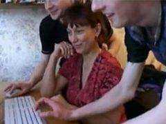 Mama sa nechá vyjebať kamarátmi svojho syna porno video