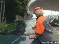 Obrázok Češi vyjebali babu, ktorá na benzínke umývala okná
