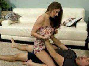 Obrázok Otec učí dcéru zápasiť, potom ju vytrtká