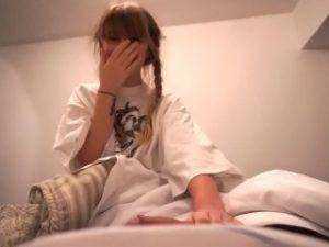 Teenka sa vyspí s otcom svojej kamarátky porno video