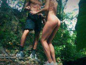 Obrázok Amatérsky pár si spolu zatrtká v lese