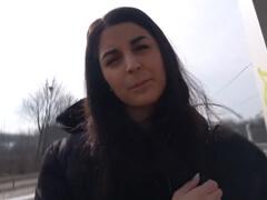Rychlý prachy – školáčka sa nechá prehovoriť na sex porno video