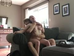 Amatér tvrdo vyjebe priateľku na gauči porno video