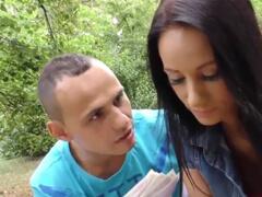 Kurvička z Česka povedie svojho priateľa za peniaze porno video