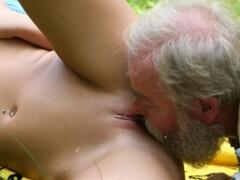 Český dedko vyjebe dievčatko na hríboch porno video