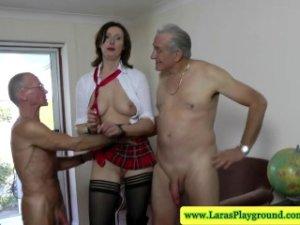 Stará žena si to rozdá s dvoma starcami porno video