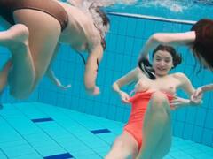 Nahé spolužiačky vystrájajú v bazéne porno video