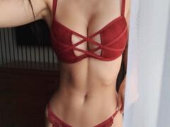 Obrázok Nadržaná amatérka masturbuje doma