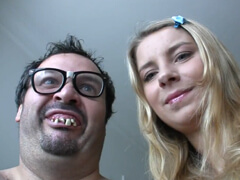 Škaredý chalan si zatrtká s peknou mladou babou porno video
