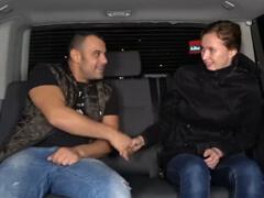 Český Takevan – špinavo ju vyjebe v aute porno video