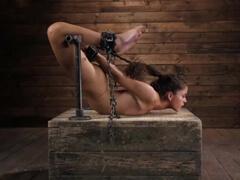 Nadržaná Victoria Voxxx dostane výprask bičíkom porno video