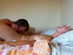 Žena hlasno vzdychá počas brutálneho prstovania porno video