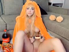 Mladá blondýnka masturbuje v kostýme Cosplay porno video