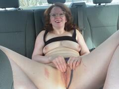 Obrázok Nadržaná mamina si mastí pičku v aute
