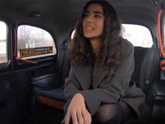 Fake Taxi – aziatka sa len potrebovala odviezť na poštu porno video