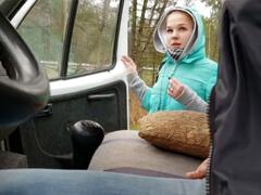 Stopárka musí pofajčiť šoféra kamiónu za zvezenie porno video