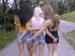 Mladé lezbičky sa spolu maznajú na byte porno video